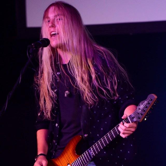 Chris_guitar player 007